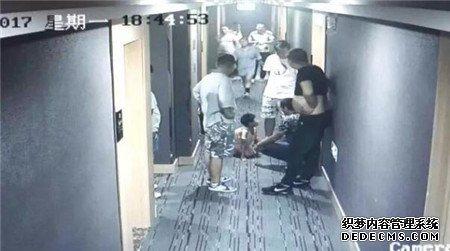 父亲暴打孩子还让其下跪磕头 路人看不惯将他暴揍