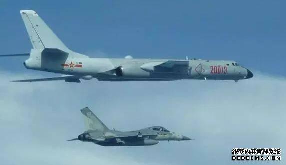 ▲资料图片:7月20日,一架台湾IDF战斗机(下方)在台湾防空识别区内与中国解放军轰-6(上方)靠近飞行。(路透社)