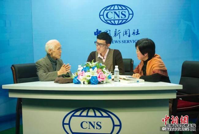 图为著名诗人余光中(左)接受中新社独家专访。 中新社记者 骆云飞 摄
