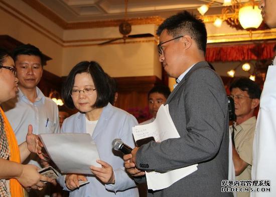 """有消息称,台""""宪兵指挥部""""已将王盈凯(左二)调至幕僚职缺。(台媒)"""