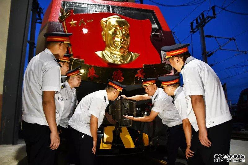 """""""朱德号""""机车组72载赤月传说最新私服车轮滚滚,""""开路先锋""""让人热血沸腾"""
