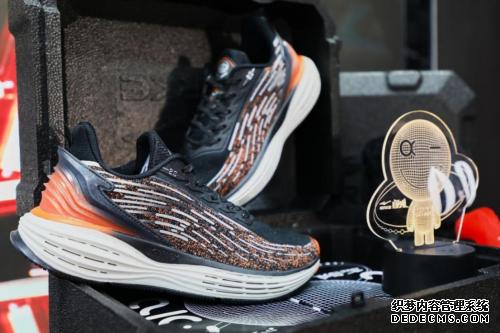 张国伟发新鞋,赤月传说网页sf,奇赤月传说sf发布网弹弹射跑鞋开了个停电发布会